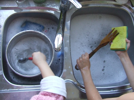 Les mains dans la vaisselle